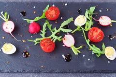Mischgemüsesalat mit Rettich, Wachteleiern, Arugula und Kirschtomaten mit einer balsamischen Glasur stockfotografie