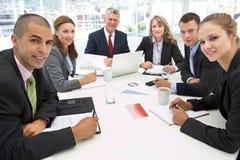 Mischgruppe im Geschäftstreffen stockfoto