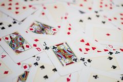 Mischkarten auf dem Tisch stockfotos