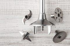 Mischmaschine und Tipps auf einem Holztisch Lizenzfreie Stockfotografie