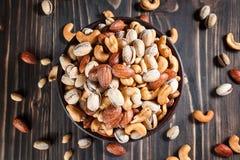 Mischnüsse auf dunklem Hintergrund Gesundes Lebensmittel und Snack Stockbilder