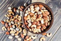 Mischnüsse auf dunklem Hintergrund Gesundes Lebensmittel und Snack Lizenzfreie Stockfotos