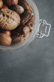 Mischnüsse auf einem dunklen Hintergrund Stockfotos