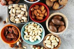 Mischnüsse auf grauem Hintergrund Gesundes Lebensmittel und Snack Walnuss, p Stockfotos