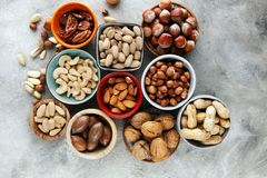 Mischnüsse auf grauem Hintergrund Gesundes Lebensmittel und Snack Walnuss, p Lizenzfreies Stockbild