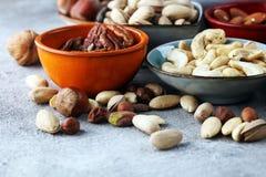 Mischnüsse auf grauem Hintergrund Gesundes Lebensmittel und Snack Walnuss, p Stockbilder