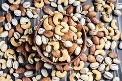 Mischnüsse auf hölzernem Hintergrund Gesundes Lebensmittel und Snack Lizenzfreie Stockfotos