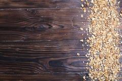 Mischnüsse, trockenes Früchte muesli, Acajoubaum, Mandel, Haselnuss, Rosinen, Moosbeere auf weißem Holztisch Gesunde nahrhafte fi Stockfoto