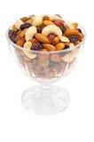 Mischnüsse und trockene Früchte in der Glasschüssel Lizenzfreie Stockfotos