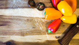 Mischpaprika und Messer Stockfotos
