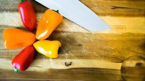 Mischpaprika und Messer Stockbilder