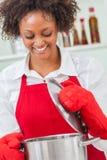 Mischrasse-Afroamerikaner-Frau, die Küche kocht stockfotografie