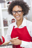 Mischrasse-Afroamerikaner-Frau, die Küche kocht Lizenzfreie Stockbilder