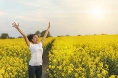 Mischrasse-Afroamerikaner-Mädchen-Jugendlicher, der im Gelb feiert Stockfoto