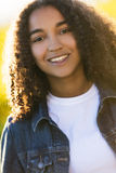 Mischrasse-Afroamerikaner-Mädchen-Jugendlicher im Sonnenschein stockfotos