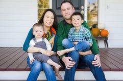 Mischrasse-chinesisches und kaukasisches junges Familien-Porträt stockfoto