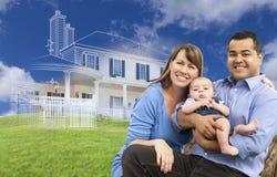 Mischrasse-Familie mit Ghosted-Haus-Zeichnung hinten Lizenzfreies Stockbild
