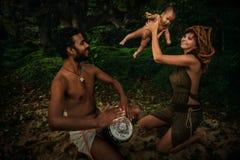 Mischrasse-Familie mit neugeborenem Baby Stockbild