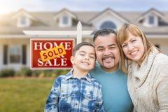 Mischrasse-Familie vor Haus und für Verkauf wirkliches Estat verkauft lizenzfreie stockfotos