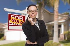 Mischrasse-Frau vor Haus und Verkaufszeichen Lizenzfreie Stockfotos