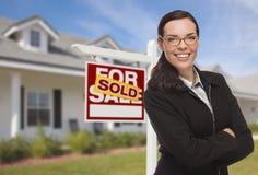 Mischrasse-Frau vor Haus und Verkaufszeichen Stockfotos