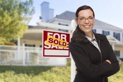 Mischrasse-Frau vor Haus und Verkaufszeichen Lizenzfreies Stockbild