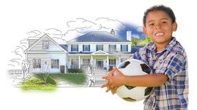 Mischrasse-Junge, der Ball über Haus-Zeichnung und Foto hält Stockbilder