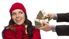 Mischrasse-junge Frau, die Tausenden Dollar übergeben wird stockfoto