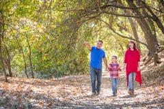 Mischrasse kaukasisch und hispanische Familie, die draußen einen Spaziergang macht stockbilder