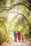 Mischrasse kaukasisch und hispanische Familie, die einen Spaziergang am PA macht stockbild