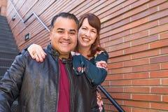 Mischrasse-kaukasische Frau und hispanischer Mann lizenzfreie stockbilder