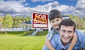 Mischrasse-Vater, Sohn-Doppelpol, Vorderhaus, verkaufte Zeichen Lizenzfreies Stockbild