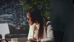 MischrasseGeschäftsfrau, die ihre Aufregung und Glück, nachdem etwas auf Smartphone zeigt gesehen worden ist stock video