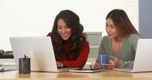 Mischrassegeschäftsfrauen, die zusammen an Computer arbeiten stockfotos