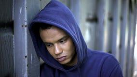 Mischrassekerl, der unter der Einschüchterung, Rassendiskriminierung, grausame Jugend leidet stockfoto
