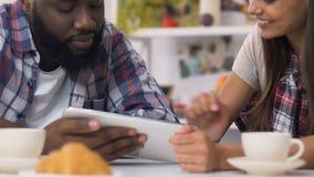 Mischrassepaare, die frühstücken und für Rechnungen auf Laptop, einfaches Bankwesen zahlen stock footage