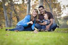 Mischrennen-Familie, die mit Luftblasen im Park spielt stockfotos