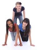 Mischrennen-Jugendlichefreunde in der Spaßpyramide stockfotografie