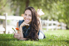 Mischrennen-Mädchen-Portrait, das in Gras legt Stockfotos
