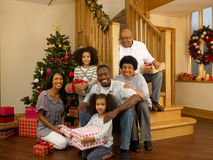 Mischrennenfamilie mit Weihnachtsbaum und Geschenken Stockbild