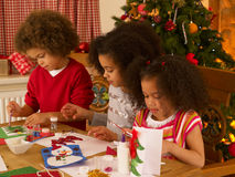 Mischrennenkinder, die Weihnachtskarten bilden Stockfotografie