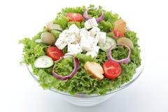 Mischsalat mit Feta und Tomaten auf weißem backgr lizenzfreie stockfotos