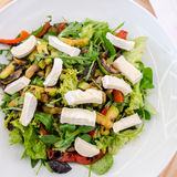 Mischsalat mit Ziegenkäse und gebratenem Gemüse Stockfoto