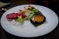 Mischsashimi und Sushi am japanischen Restaurant Stockbild