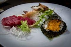 Mischsashimi und Sushi am japanischen Restaurant stockbilder