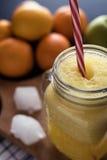 Mischsmoothie, Orangen und Zitrone Frucht im Hintergrund stockbild