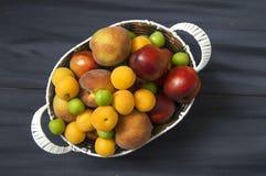 Mischsommerfruchtbilder in einem Korb, weißer Hintergrund mit einem Korb von Pfirsichen, Pflaumen, Äpfel, Nektarinen, Aprikosenbi Stockbild