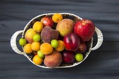 Mischsommerfruchtbilder in einem Korb, weißer Hintergrund mit einem Korb von Pfirsichen, Pflaumen, Äpfel, Nektarinen, Aprikosenbi Lizenzfreie Stockbilder