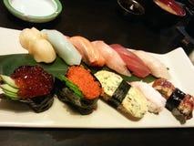 Mischsushi auf dem Teller, japanisches Lebensmittel, Japan Lizenzfreie Stockfotos