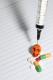 Mischt Spritze Drogen bei   Schädel Stockfotos
